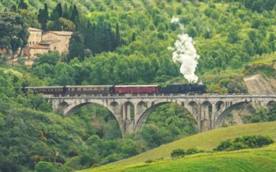 Il bello di viaggiare in treno tra scenari imperdibili.