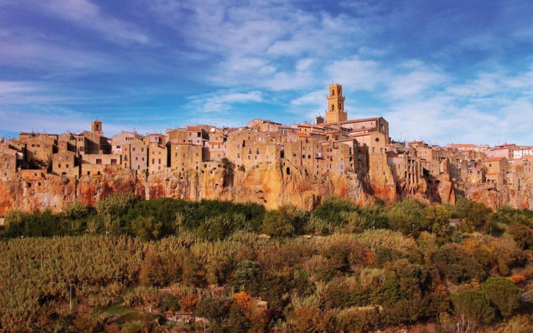 Su una rupe di tufo della Toscana c'è un paese speciale